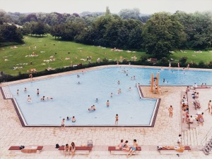 andreas-gursky-a_ratingenschwimmbad-in-fried